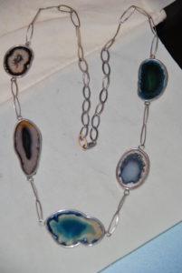 Collana in argento con fette di agata azzurra € 98,00