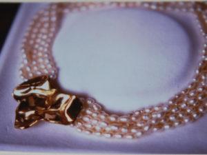 Collana in perle di fiume con centrale in bronzo giallo € 97,00