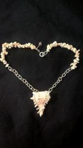 Conchiglia con corallo e catena argento