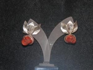 Orecchini in argento e corallo intagliato a rosa €. 123,00
