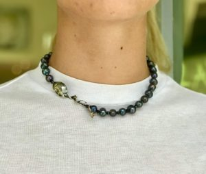 Perle nere con serpente in argento brunito