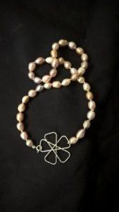 Quadrifoglio con perle policrome