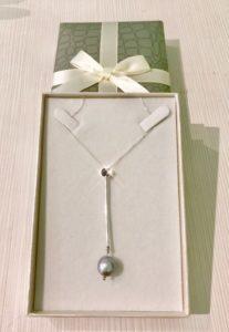 Zaffiro con bacchetta e perla