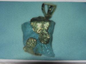 Acquamarina grezza avvolta da foglie in bronzo giallo €. 97,00