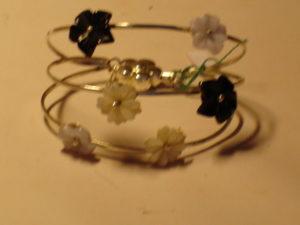 Bracciale in argento con fiori in madreperla e onice €. 128,00
