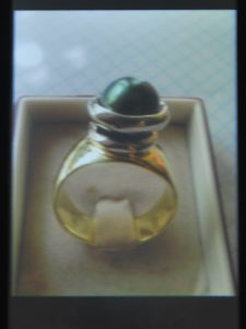 Anello in argento dorato con perla di fiume grigia €. 78,00