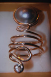 Anello in argento con perla mabé e z.ircone €,121,00